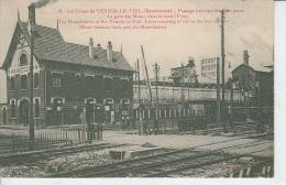 VENDIN LE VIEIL - Le Passage à Niveau Des Deux Gares - La Gare Des Mines Dans Le Fond L'Usine - Francia