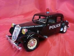 BURAGO 1:24 Cod. 1501 - CITROEN 15 CV Traction Avant - POLICE - Automobili