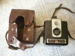 Ancien Appareil Photo Bakélite  Avec Sacoche Cuir -- Brownie Flash -caméra -made In France -kodak - Appareils Photo