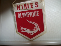 FANION FOOTBALL N° 138 - NIMES OLYMPIQUE - 30 GARD - Abbigliamento, Souvenirs & Varie
