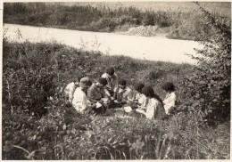 PHOTO  ANCIENNE -  SCOUTISME - Jeunes Filles Scouts ,Pose écriture -  Camp Région Compiègne - Photo  E.Hutin Compiègne - Lieux