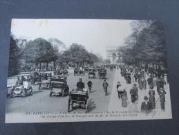 Taxi Et Fiacre Paris L'avenue Bois De Boulogne Et L'Arc De Triomphe Très Animé Voitures Paris 75 France - Taxis & Cabs