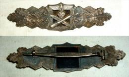 Nahkampfspange, Leicht Gewölbt, Herstellerhinweis: F & B.L., Nicht Magnetisch, Ca. 9,7 Cm Breit - 1939-45