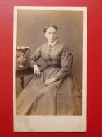 CDV FEMME ROBE RAYURES ASSISE PHOTO BARTHELEMY A NANCY - Anciennes (Av. 1900)