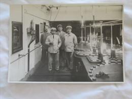 PHOTO DE L EQUIPAGE D UN CARGO DANS LA SALLE DES MACHINES