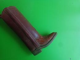 2  Chaussures Differentes Atypique+ Botte,  Western Boots -decor De Vitrine De Cordonnier - Art Populaire