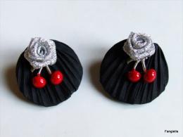 Boucles D'oreilles Clous Soie Shibori Noire Rose Argentée Cerises Rouges émaillées Doublées Cuir - Orecchini