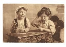 Deux Enfants Qui Jouent Aux Cartes, Fume-cigarette. 1924 - Cartes à Jouer