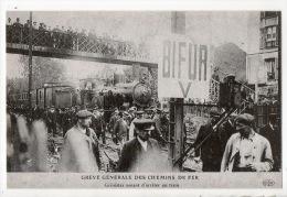 GRÈVE GÉNÉRALE DES CHEMINS DE FER . GRÉVISTES VENANT D'ARRÊTER UN TRAIN . REPRODUCTION - Ref. N°7206 - - Chemins De Fer