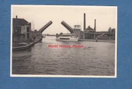 Photo ancienne - En Holland ? � identifier - Bateau passant un pont