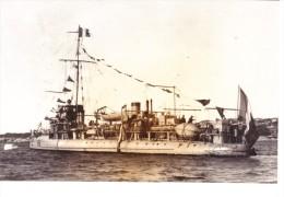 vieille photo batiment militaire francais Hallebarde contre  torpilleur 1914 avec pavillons cheminee en sifflet