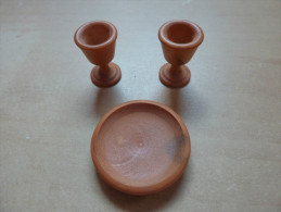 Assiette + 2 Verres Miniatures En Bois (olivier?) (diam Assiette 25mm; Hauteur Verre : 18mm) - Meubelen