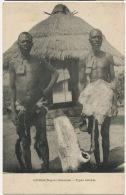 Deshi Nigeria Oriental Types Ankwés Hommes Nus Vetus Peaux De Bete Devant Hutte Collier Fetiche - Nigeria