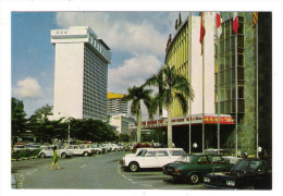 SINGAPOUR  /  SINGAPORE  /  HILTON HOTEL & LIDO CINEMA  ( Automobiles Années 60-70 ) - Singapour