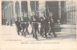75 - Paris Vécu - Palais De Justice, La Relève Des Sentinelles - Artisanry In Paris