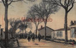 17 - Marennes - Rue De La Republique  - Le 7eme Colonial Rentrant En Ville - 2 Scans - Marennes