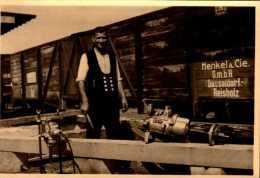 PHOTO AMATEUR 10/7 CM   HOMME DEVANT UN TRAIN      DOS VIERGE        ...QUI RECONNAITRA?. - Trains