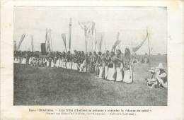 OKLAHOMA TRIBU D'INDIENS SE PREPARE A EXECUTER LA DANSE DU SOLEIL AVEC PUB LIBRAIRIE LAROUSSE RUE MONTPARNASSE AU VERSO - Etats-Unis