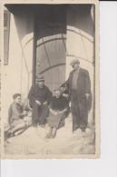 CPSM PHOTO FAMILLE DEVANT PORTE MAISON VAR ? - Fotografia