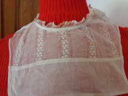 Faux Col Ancien  A Restaurer -belle Broderie Et 2 Boutons Anciens En Faience- - Vintage Clothes & Linen