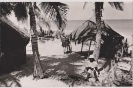 Sénégal,village De Pécheur,habitant Faisant La Sièste,avec Chapeau,maison De Fortune,rare,afrique - Sénégal