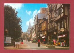 CPM  FRANCE  22  -  GUINGAMP  -  6  Place Du Centre ( Artaud 80/90 )  Animée - Guingamp