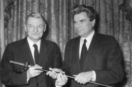 photo originale de presse  - ACADEMICIEN  - JACQUES DUHAMEL  remet l'�p�e d'acad�micien �  JEAN JACQUES GAUTHIER  en 73