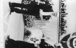 photo originale de presse  - Isaac Bashevis  SINGER  , prix nobel de litt�rature , et le roi  CARL GUSTAVE  en 197888