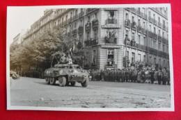 CARTE PHOTO - DIJON - HOTEL DE LA CLOCHE - LIBÉRATION - CHAR AMÉRICAIN OU AUTO-MITRAILLEUSE ? - ANIMÉE -  SOLDATS - - Guerre 1939-45
