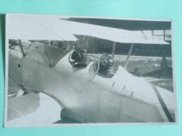 Deux Aviateurs Dans Un Bi Plan Avant Le Décollage - Aviation