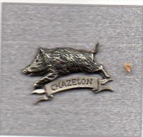 Pin�s  argent�, Chasse  CHAZELON  avec  un  animal  Sanglier  sign�  La  corde  au  cou