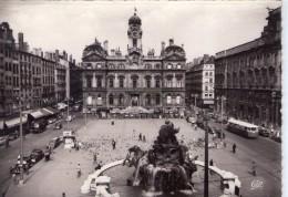 Lyon.. Animée.. La Place Des Terreaux.. Commerces.. Voitures.. Bus.. Autocar - Lyon 1