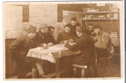 CARTE-PHOTO ALLEMAGNE Camp De Prisonniers De OHRDRUF Ou LANGENSALZA  Une Partie De Cartes Dans Une Chambrée - Guerre 1914-18