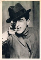 """JEAN COCTEAU, PARIS 1926, Photography By BERENICE ABBOTT - Cocteau Jouant Les """"durs"""", Chapeau Mou Et Revolver  - 2 Scans - Ecrivains"""