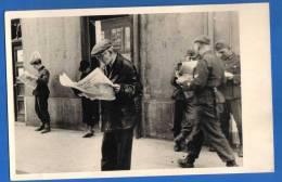 Militaria; Strassenszene; Soldaten lesen deutsche Zeitungen; Privat-Foto-AK