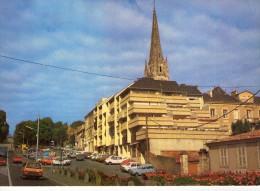 Fontenay-le-Comte.. Animée.. L'Eglise Notre-Dame.. La Rue Georges Clémenceau.. Voitures - Fontenay Le Comte