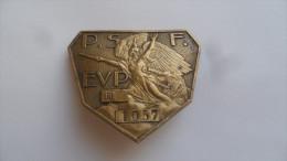 (Militaria, Politique, Ex. Croix de Feu...!!) - Insigne � vis, bronze num�rot� - PARTI SOCIAL FRANCAIS (P.S.F.  EVP*)