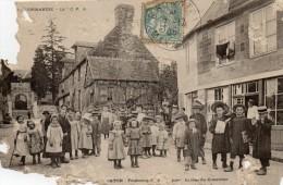 CPA  -  BARENTON  (50)  Faubourg De Montéglise, Entrée Du Cimetière -  Nombreux Enfants , Petite Fille Avec Une Béquille - Barenton