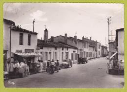 """Ile De Ré - Les Portes En Ré - Place De La Liberté & Rue Principale ( Magasin Electricité-Radio """"Lucas J"""", 2CV, Juva 4) - Ile De Ré"""