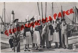 29 - GUILVINEC - BIGOUDENS DANS LE PORT  1956 - Guilvinec