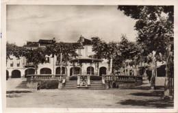Cpsm 1946 ?,  VIC FEZENSAC, Gers , La Place Du Commerce, Kiosque à Musique, Magasins Sous Arcades   (44.7) - Vic-Fezensac