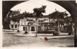 Cpsm 1946 ?,  VIC FEZENSAC, Gers , La Place Du Commerce, Kiosque à Musique, Bancs Publics   (44.8) - Vic-Fezensac