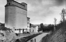 Cpsm  VIC FEZENSAC, Gers , Les Silos Vicois, Visiteurs Ou Sortie Des Ouvriers, Camion Chargeant Des Sacs  (44.9) - Vic-Fezensac