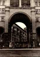 PHOTO  18/13 CM. RUE D UNE VILLE..ANIMEE...   DOS VIERGE     ...QUI RECONNAITRA?. - Places