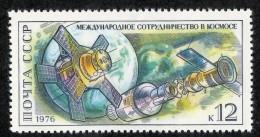 22626  Russia 1976  Michel #4463  **  Scott #4430   Offers Welcome - 1923-1991 USSR