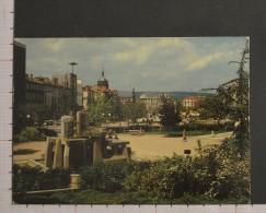 LA PLACE DE JAUDE ET LA FONTAINE - CLERMONT FERRAND - 2 Scans (Nº08327) - Clermont Ferrand