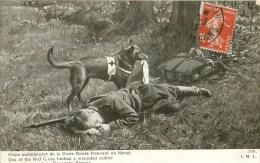 Chien Militaire - Service De Santé Des Armées - ** Chien Ambulancier Trouvant Un Blessé ** - Cpa En Bon état - Guerre 1914-18