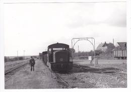 80 Hervilly Vers Roisel Péronne PHOTO Train Locotracteur En Gare Le 5 Octobre 1955 Wagon Gabarit Pont Bascule Voir DOS - Trains