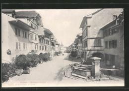 AK Murten / Morat, Strassenpartie, Un Coin De Rue Avec La Fontaine Et Le Café De La Poste - FR Fribourg
