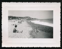 Photo Originale (Juin 1954) : Famille Sur La Plage, Région Normande, Mer, Galets. Lieu à Déchiffrer Au Dos De La Photo - Lieux